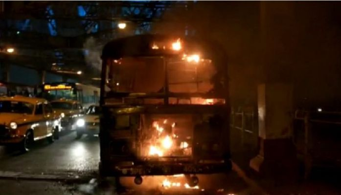 Fire on a moving bus carrying passengers on Howrah Bridge