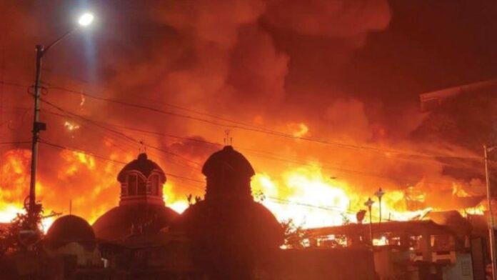 massive fire breaks out in bagbazar slam area at kolkata